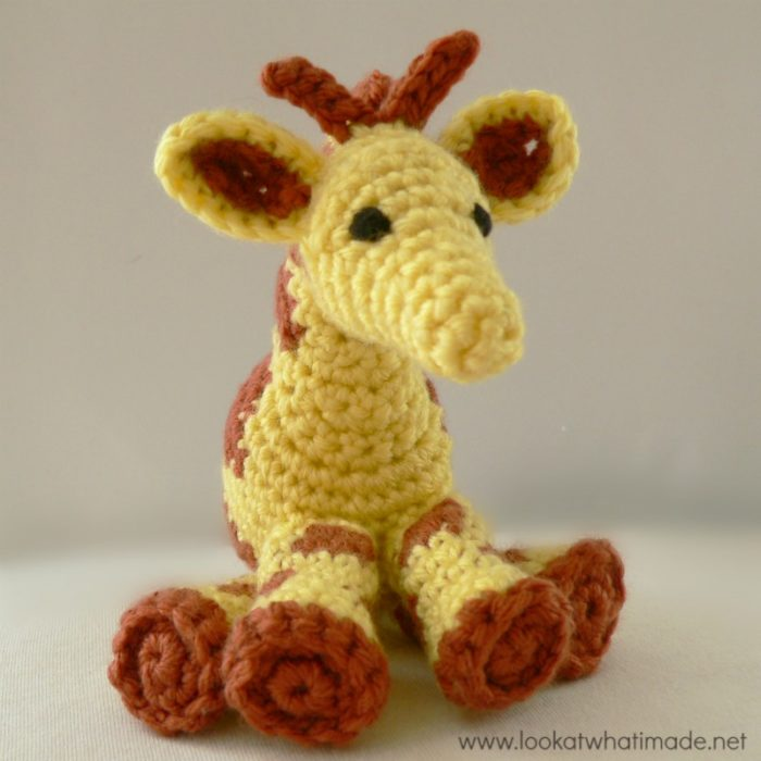 free crochet mini giraffe pattern | craftgawker | 800x800